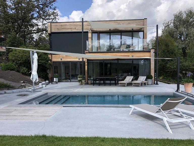 Solsegel över pool