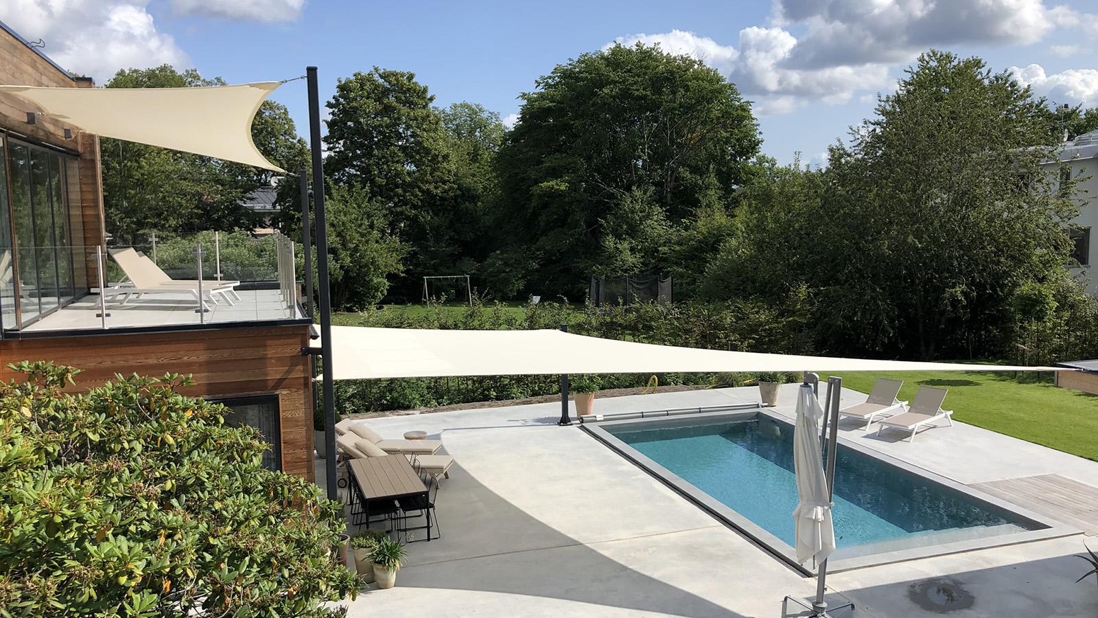 Solsegel pool och terass